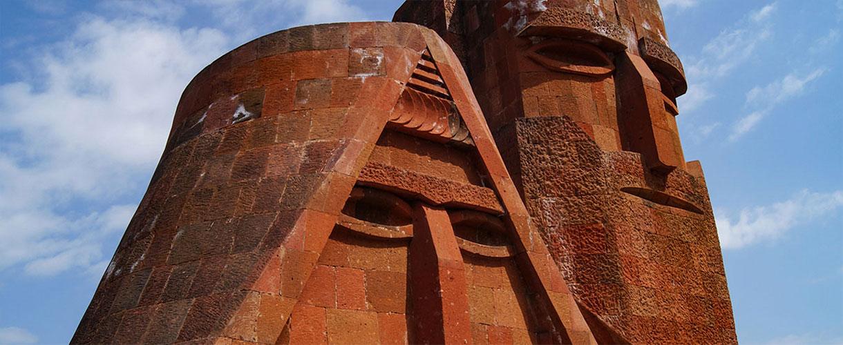 Pomnik znany jako Tatik i Papik w Stepanakercie, stolicy Górskiego Karabachu. fot. © Małgosia Busz, Barents.pl
