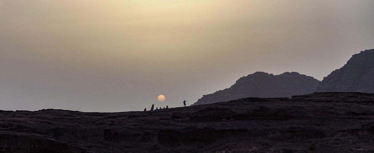 Jordania: Trekking z wielbłądami przez pustynię Wadi Rum fot. © Paweł Gardziej, Barents.pl