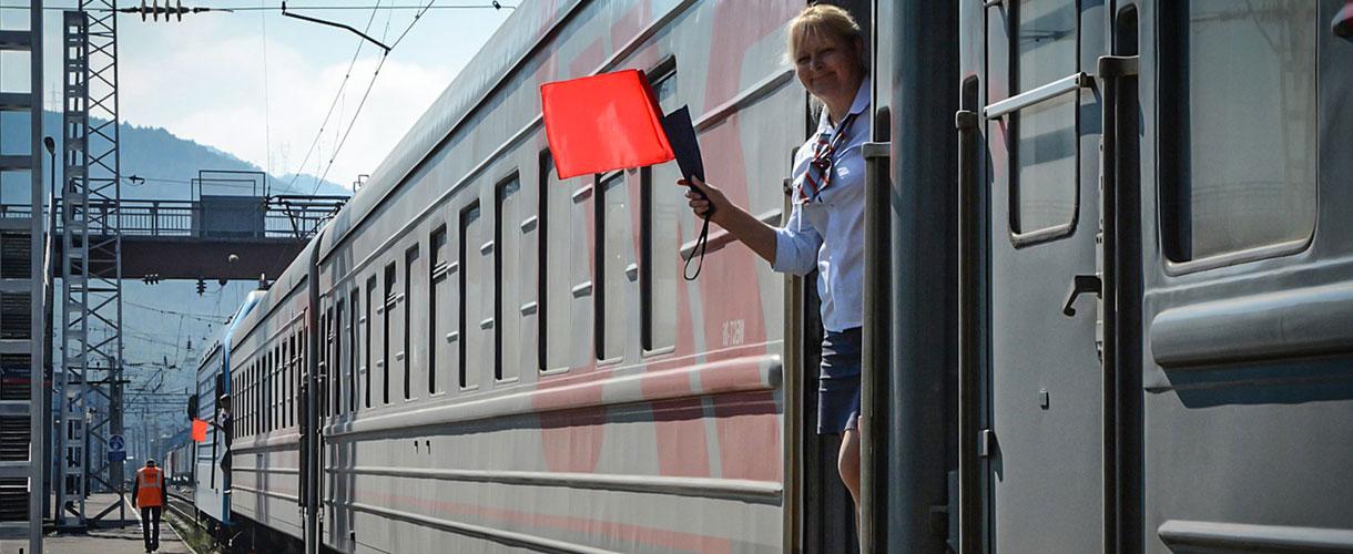 Sludianka. Pani konduktorka daje sygnał do odjazdu. Wycieczka Koleją Transsyberyjską © Ivo Dokoupil dla Barents.pl