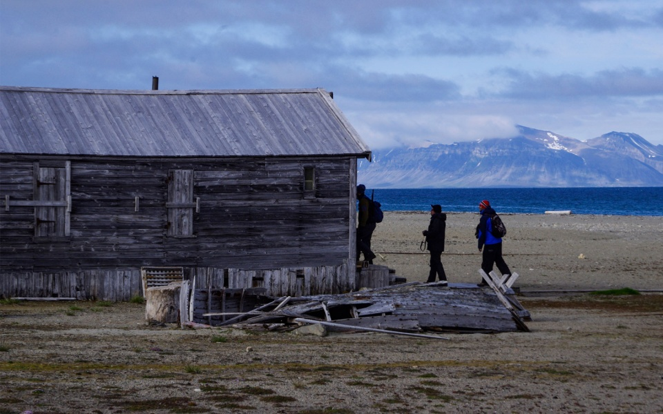 Wchodzimy do budynku mieszkalnego polskiej stacji polarnej. Osada Calypsobyen fot. © Małgosia Busz, Barents.pl