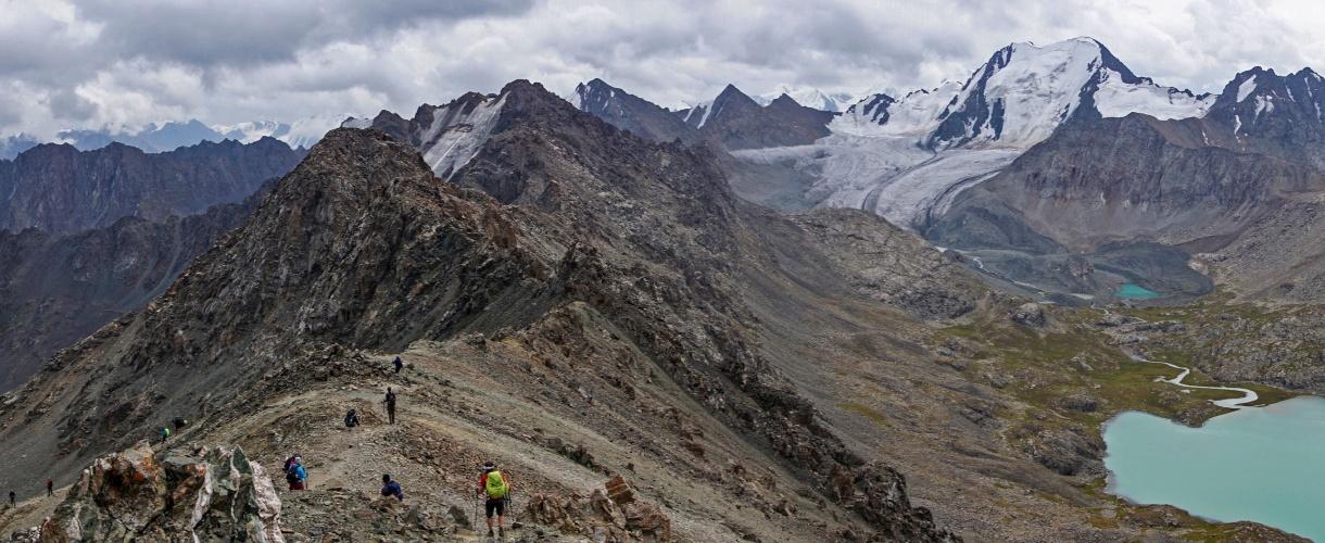 Przełęcz z widokiem na jezioro Ala Kol. Trekking w Kirgistanie, wśród Gór Niebiańskich. fot. © Kasia Jaskólska z Barents.pl