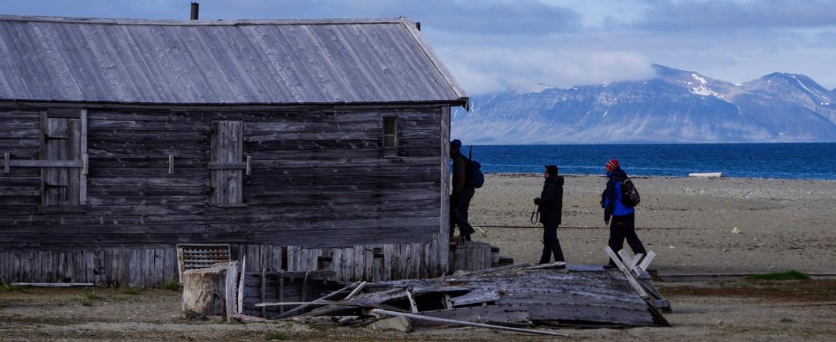 Calypsobyen. Spitsbergen: śladami polskich stacji polarnych - Hornsund, Calypsobyen, Petuniabukta, Kaffioyra fot. © Małgosia Busz, Barents.pl