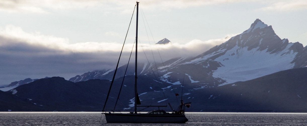 Spitsbergen: śladami polskich stacji polarnych - Hornsund, Calypsobyen, Petuniabukta, Kaffioyra fot. © Małgosia Busz, Barents.pl