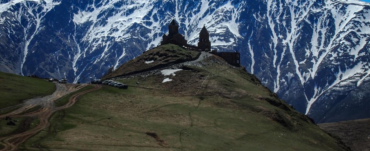 Cminda Sameba (Święta Trójca). Prawosławny klasztor położony w pobliżu miasteczka Stepancminda (dawniej Kazbegi) © Iza Majchrzak Barents.pl
