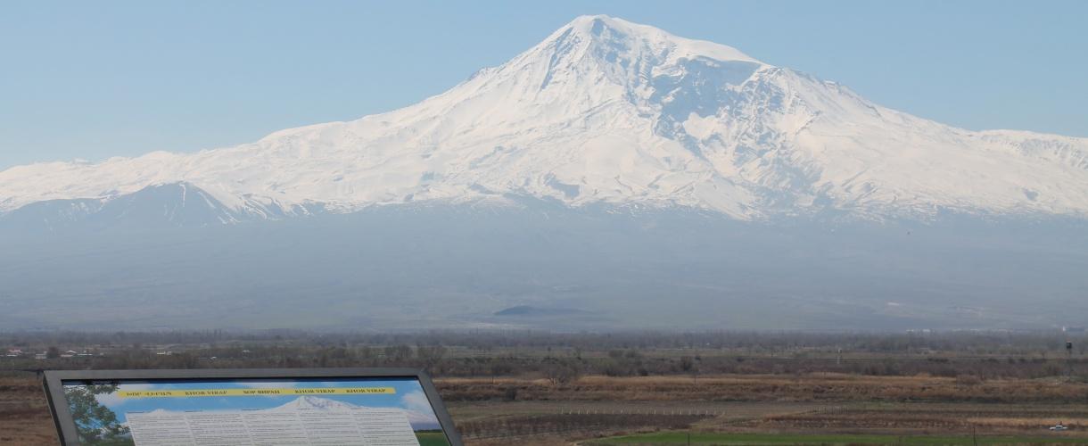 Widok na Khor Virap. Trekking w Armenii, zwiedzanie Erywania i zdobywanie szczytu Aragac. © Barents.pl