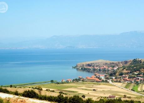 Panorama z Jeziorem Ochrydzkim w tle. fot. © Michał dla Barents.pl
