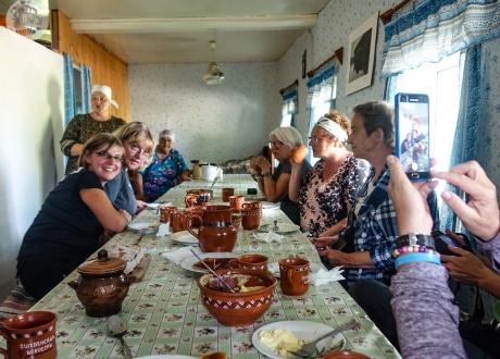 Mieszkamy i jemy w domach u lokalnych gospodarzy | Rosja: Wycieczka na wyspy Sołowieckie, Karelia i nieznana rosyjska Północ | fot. © Roman Stanek