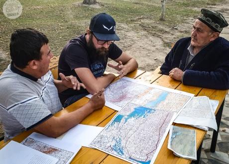 Wraz z miejscowymi wyznaczamy trasy naszych wycieczek | Wycieczka Uzbekistan, rowerem po Jedwabnym Szlaku | fot. © Roman Stanek