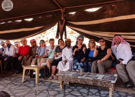 Na chwilę stajemy się częścią beduińskiego życia w Jordanii | Wycieczka do Jordanii: Petra, Amman, pustynia Wadi Rum | fot. © Mateusz Kuszela