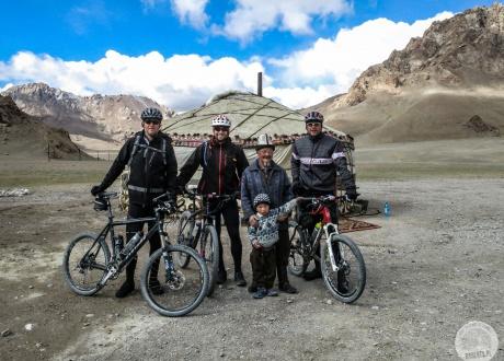 Pasterskie jurty w Pamirze zostały przystosowane do przyjmowania turystów | Wycieczka: Pamir na rowerze, przejazd dachem świata | fot. © Roman Stanek