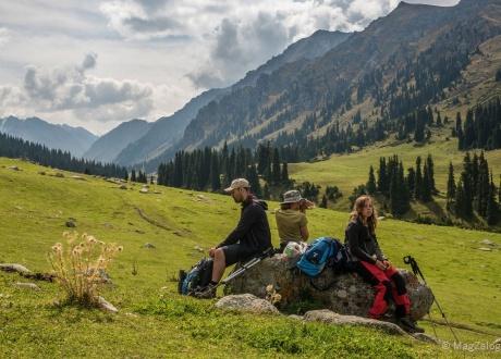 W drodze do Altyn Araszan. Trekking w Kirgistanie fot. © Magda Załoga z Barents.pl