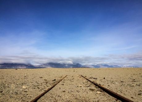 Tory kolejki węglowej w Calypsobyen. Osada Calypsobyen fot. © Małgosia Busz, Barents.pl