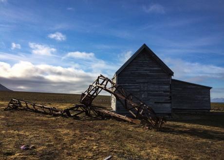 """Budynek telegrafu z """"załamanym"""" masztem. Osada Calypsobyen fot. © Małgosia Busz, Barents.pl"""