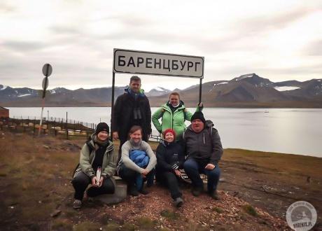 W Barentsburgu z Iloną. Spitsbergen: Śladami książki BIAŁE z autorką. © fot. Krzysiek Gajder z Barents.pl