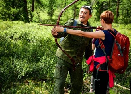 Nauka strzelania z łuku z Ajdynem. Ałtaj - najładniejsze góry Syberii fot. © Grzegorz Chmielewski z Barents.pl