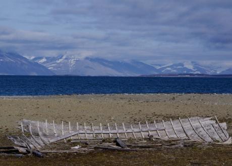Pozostałości łodzi z początku XX wieku. Osada Calypsobyen fot. © Małgosia Busz, Barents.pl