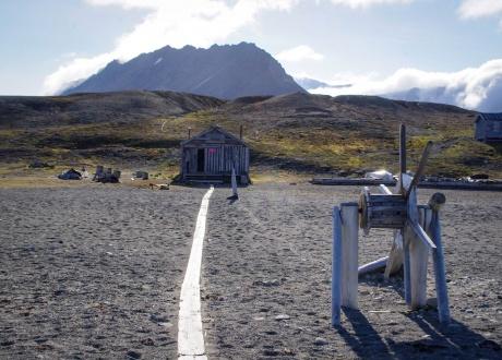 Zabudowania polskiej stacji polarnej Calypso. Osada Calypsobyen fot. © Małgosia Busz, Barents.pl