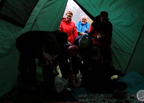 Na kolacje do Dastana, trekkingowego przewodnika i kucharza. Kirgistan w relacji Oli i Piotrka, pilotów Barents.pl