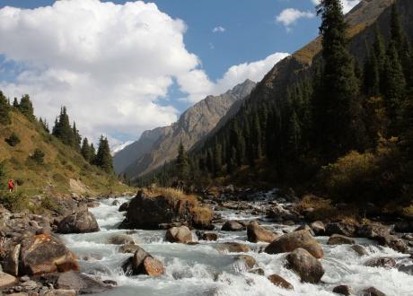 Wodę podczas trekkingu czerpiemy z krystalicznych potoków. Kirgistan w relacji Oli i Piotrka, pilotów Barents.pl