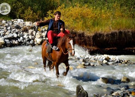 Przeprawa przez rzekę. Trekking w Gruzji: Na lekko przez Swanetię fot. © Roman Stanek, Barents.pl
