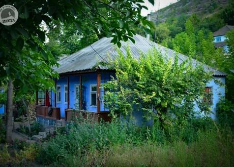 Jedna z wielu malowniczych wiejskich chat. Błękit odstrasza owady i - według wierzeń - także złe moce. © Agnieszka Jagiełło dla Barents.pl
