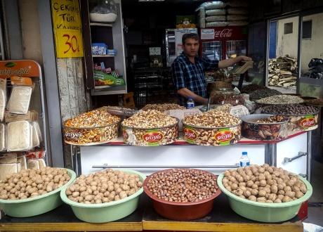 Sprzedawca orzeszków w Hatay. Majówka w Turcji: Wędrówki po Kapadocji i Antiochii © Roman Stanek, Barents.pl
