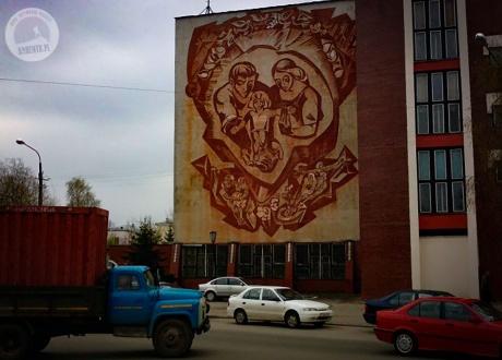 Mural z Witebska przedstawia idealną rodzinę radziecką. Białoruś: Święto Kupały, Mińsk i Witebsk ©Roman Stanek, Barents.pl