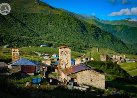 Kamienne wieże, przepiękny krajobraz - to musi być Swanetia. Majówka w Gruzji © Roman Stanek Barents.pl