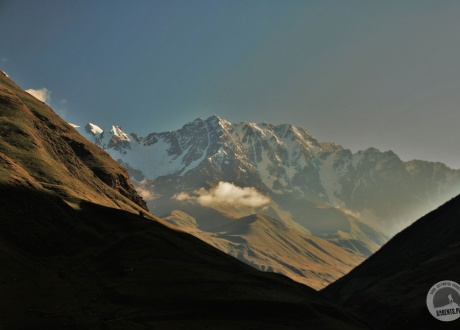 Na żywo robi jeszcze większe wrażenie - majestatyczna Szchara, jeden z najwyższych szczytów Kaukazu. Majówka w Gruzji © Roman Stanek Barents.pl