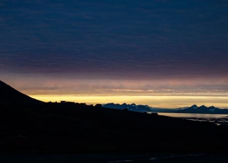 Zachód słońca na Spitsbergenie. Zima na Spitsbergenie: między polarnym dniem i nocą fot. © Małgosia Busz, Barents.pl
