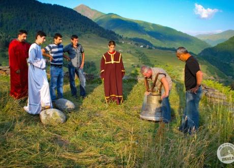 Lagurka, to najświętsze miejsce w Swanetii. Po każdej mszy odbywa się tam rytuał, podczas którego najwięcej emocji budzi podnoszenie wielkiego dzwonu i przerzucanie przez ramię olbrzymich kamieni. Temu komu uda się trzykrotnie wydobyć z dzwonu bicie oraz przerzucić kamień, spełnią się życzenia. Wycieczka do Gruzji: Tbilisi, Batumi, Kazbek i Swanetia © Roman Stanek, Barents.pl