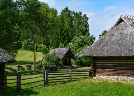 Tradycyjne domki litewskie w skansenie w Rumszyszkach. Wycieczka na Litwę: wiejskie życie nad Niemnem