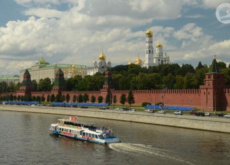 Widok na Kreml przez rzekę Moskwę (Moskwa). Wycieczka Koleją Transsyberyjską © Ivo Dokoupil dla Barents.pl