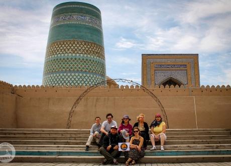 A w tle Kalta Minor Minaret, Chiwa [Khiva]. Majówka w Uzbekistanie 2017 Wielkie cywilizacje Azji Środkowej © Barents.pl