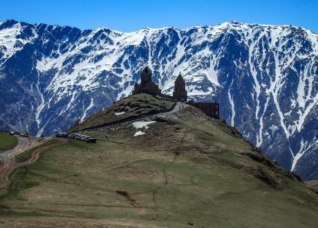 Cminda Sameba (Święta Trójca). Prawosławny klasztor położony w pobliżu miasteczka Stepancminda (dawniej Kazbegi) fot. © Iza Majchrzak z Barents.pl